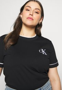 Calvin Klein Jeans Plus - EMBROIDERY TIPPING TEE - Print T-shirt - black - 3