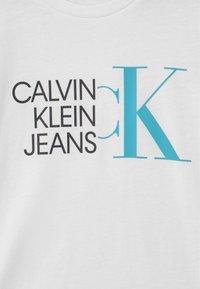 Calvin Klein Jeans - HYBRID LOGO FITTED - T-shirt imprimé - white - 2