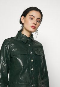 Glamorous - BUTTON FRONT JACKET - Bunda z umělé kůže - dark green - 3