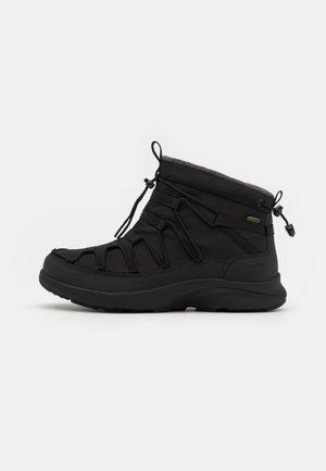 UNEEK SNK CHUKKA WP - Sneakers hoog - triple black