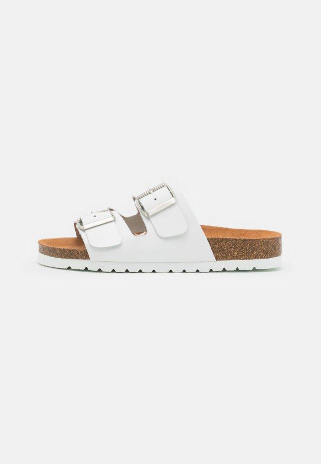 VMNICOLINE WIDE FIT - Pantofle - bright white/brown