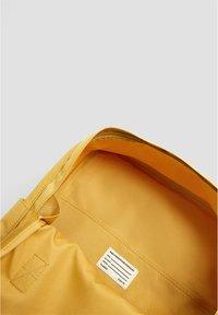 PULL&BEAR - BUNTER RUCKSACK 14123540 - Reppu - mustard yellow - 5
