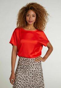 Oui - Basic T-shirt - fiery red - 0