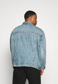 Levi's® Plus - BIG TRUCKER - Veste en jean - light-blue-denim - 2