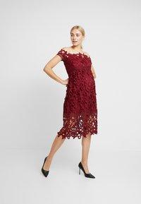 Chi Chi London Maternity - LIZANA DRESS - Robe d'été - burgundy - 1