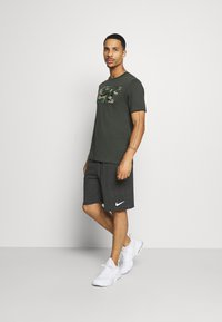 Nike Performance - DRY FIT - Pantalón corto de deporte - black heather - 1