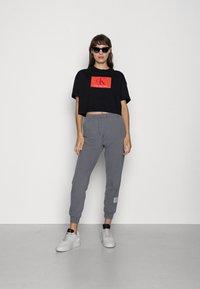 Calvin Klein Jeans - BOXY ROLL UP SLEEVE TEE - Print T-shirt - black - 1