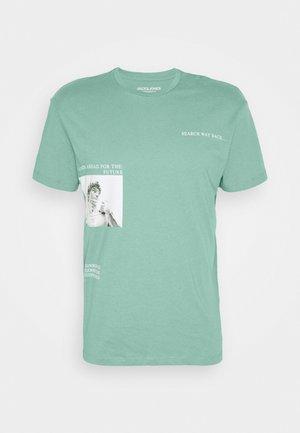 JORART CREW NECK - Print T-shirt - oil blue