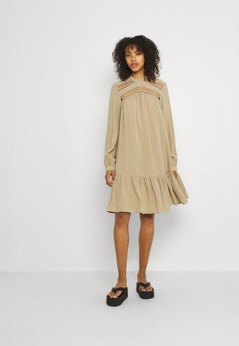 YASROTILLA SHORT DRESS ICON - Sukienka letnia - chinchilla