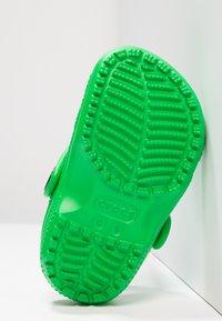 Crocs - CLASSIC  - Chanclas de baño - grass green - 4