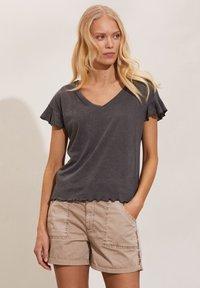 Odd Molly - CAMELLIA - Basic T-shirt - asphalt - 2