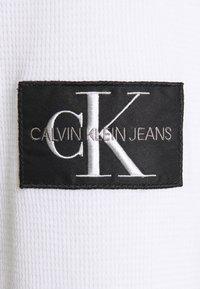 Calvin Klein Jeans - WAFFLE MONOGRAM SLEEVE SLIM - Long sleeved top - bright white - 2