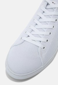 Tommy Hilfiger - ESSENTIAL VULC - Sneakers basse - white/yale navy - 4