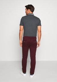 Burton Menswear London - Pantalones chinos - burg - 2