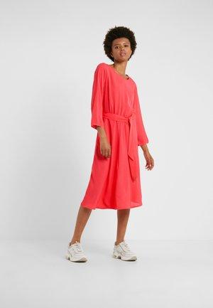 JUNE - Denní šaty - cayenne