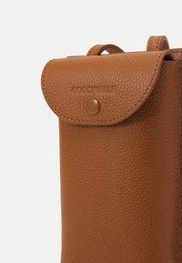 Coccinelle - PORTA TELEPHONO - Across body bag - caramel - 4