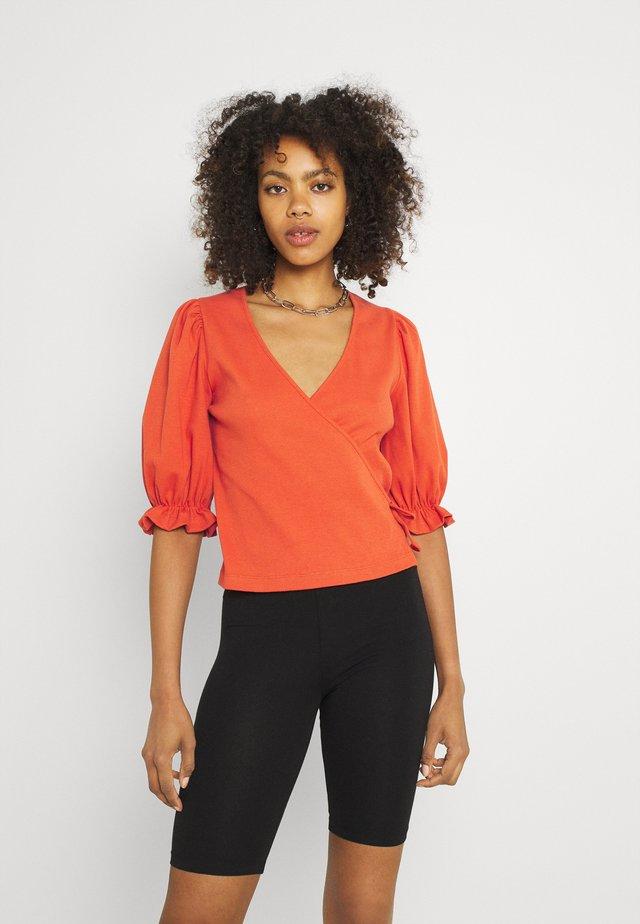 SALINA WRAP  - T-shirt imprimé - burnt ochre