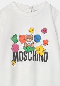 MOSCHINO - BABYGROW ADDITION UNISEX - Sleep suit - optic white - 2