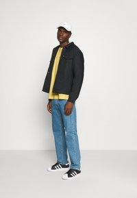 Levi's® - RELAXED FIT TEE UNISEX - T-shirt con stampa - yellows - 1