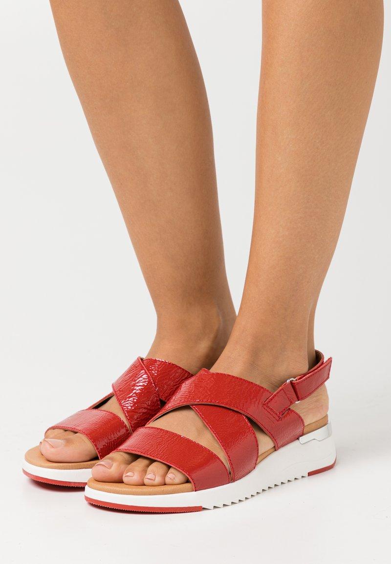 Caprice - WOMS  - Sandály na klínu - red