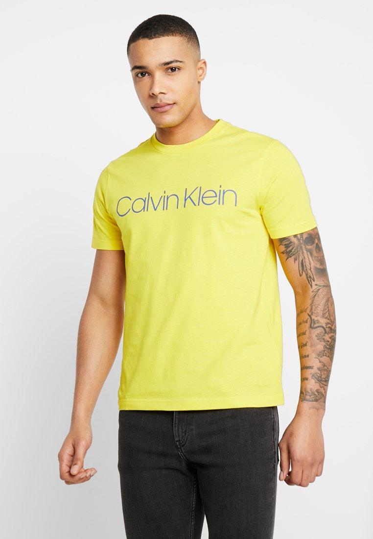 Calvin Klein - FRONT LOGO - Camiseta estampada - yellow