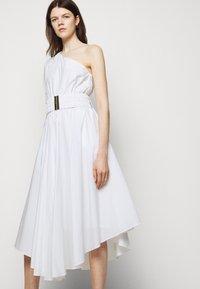 MICHAEL Michael Kors - ONE SHOULDER MIDI DRESS - Denní šaty - white - 3