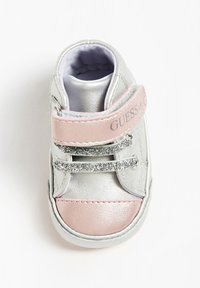Guess - FLYNNA MIT KLETTVERSCHLUSS - Baby shoes - silver - 1
