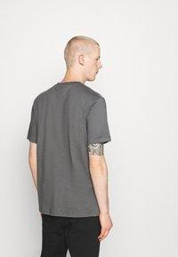 Hoodrich - CORE - Print T-shirt - charcoal - 2