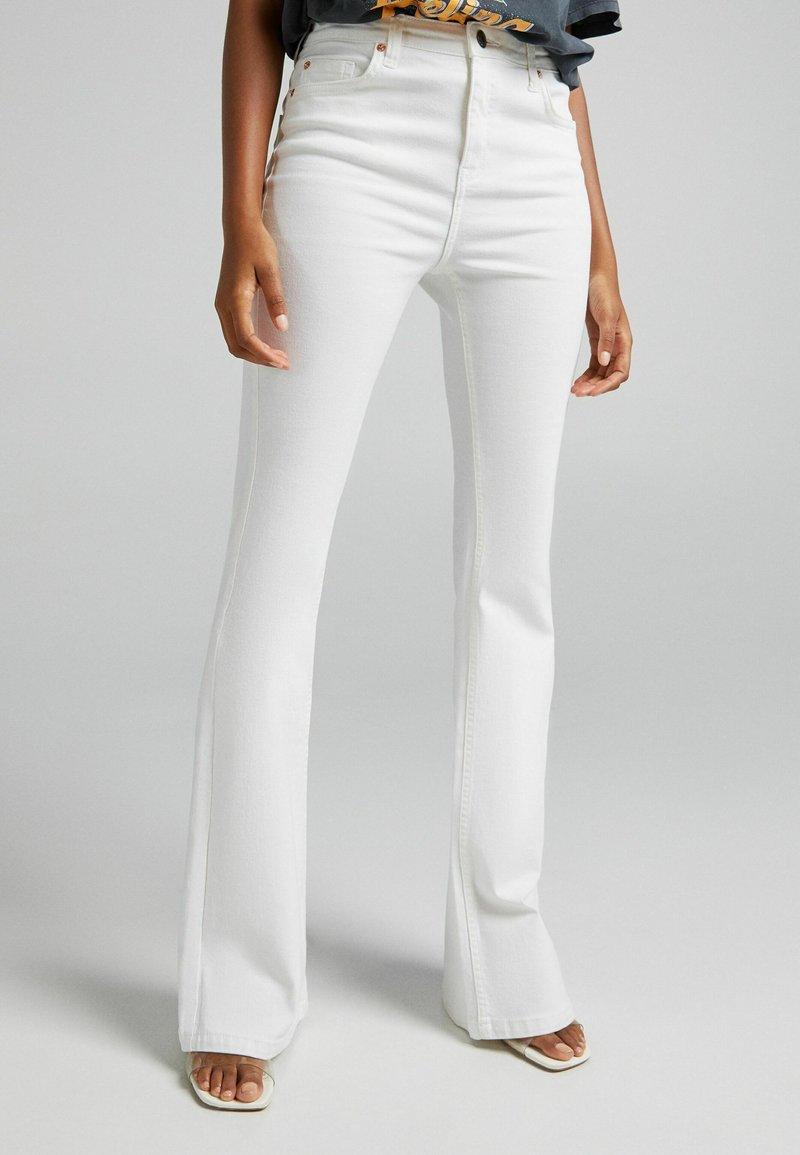 Bershka - FIVE-POCKET-DESIGN  - Jeans bootcut - white