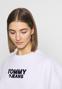 Tommy Jeans - CORP HEART - Bluza - classic white - 3
