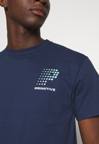 Primitive - CONNECTION TEE - Triko s potiskem - navy - 5