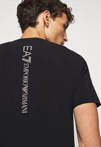 EA7 Emporio Armani - TUTA SPORTIVA SET - Shorts - black - 6