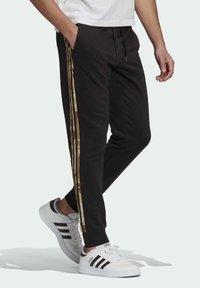 adidas Performance - CAMOUFLAGE PT ESSENTIALS SPORTS REGULAR PANTS - Pantalon de survêtement - black - 2