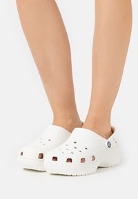 Crocs - CLASSIC PLATFORM  - Heeled mules - white - 0
