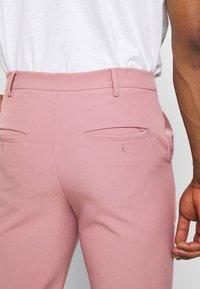 Mennace - ON THE RUN STRAIGHT LEG TAILORED TROUSER - Trousers - pink - 4