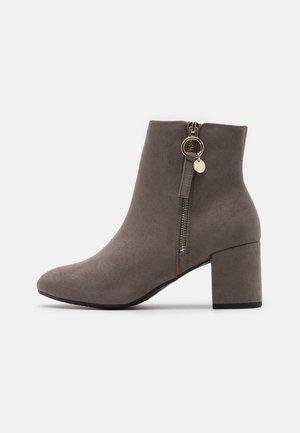 WIDE FIT ADALINE BLOCK HEEL BOOT - Classic ankle boots - grey