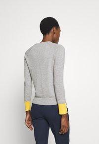pure cashmere - CLASSIC CREW NECK COLOR BLOCK - Svetr - light grey/yellow - 2