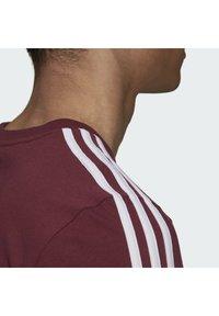 adidas Performance - 3-STRIPES SPORTS ESSENTIALS T-SHIRT - T-shirt z nadrukiem - victory crimson/white - 4