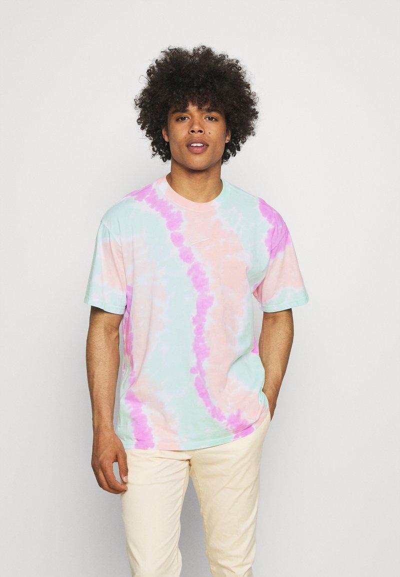 Nike Sportswear - TEE WILD TIE DYE - Camiseta estampada - white/grey/light dew