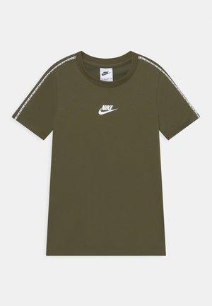 REPEAT TEE - Print T-shirt - rough green/white