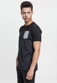 Urban Classics - Print T-shirt - grey/black - 2