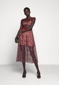 Allen Schwartz - EDEN BUSTIER DRESS IN PRINTED - Vestito elegante - red - 1