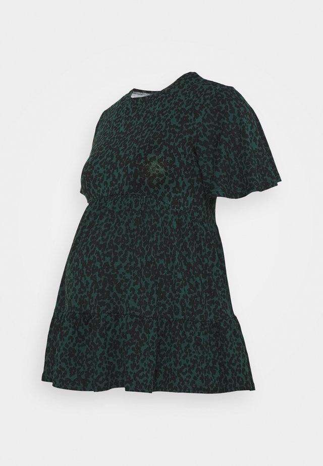 PRINTED TIER PEPLUM - Sukienka z dżerseju - green pattern