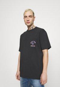 Topman - WARPED TEE - T-shirt med print - black - 2