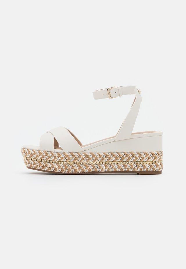 LAUNIA - Sandalen met plateauzool - white