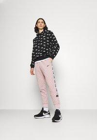 Nike Sportswear - REPEAT PRINT - Pantalones deportivos - champagne/smokey mauve/black - 1