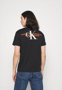 Calvin Klein Jeans - URBAN GRAPHIC UNISEX - T-shirt med print - black - 2
