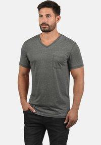 Solid - V-SHIRT THEON - Basic T-shirt - mid grey - 0