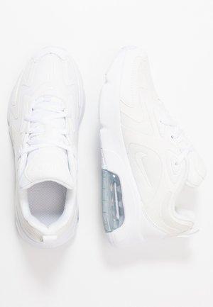 AIR MAX - Trainers - white/metallic silver