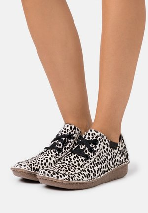 FUNNY DREAM - Casual lace-ups - white/black